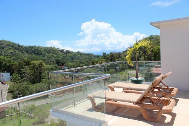 Вид с балкона на лесистые горы