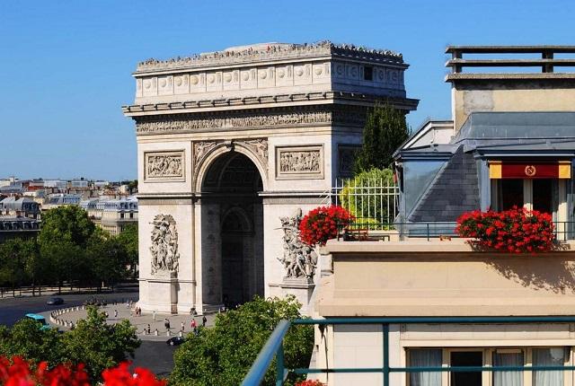 Отель в Париже с видом на Триумфальную арку