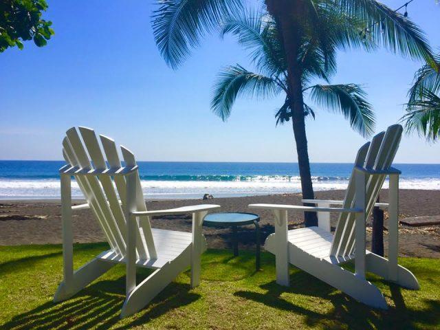 Вид с пляжа на океан