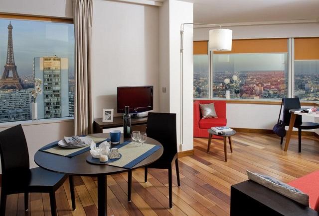 панорамный отель Парижа с видом на Эйфелеву башню
