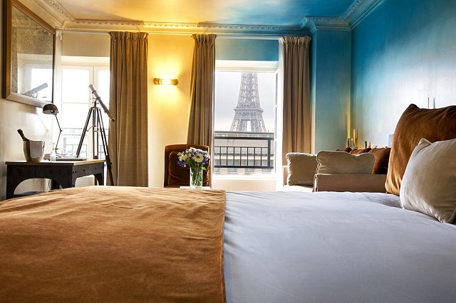 вид из окна отеля на Эйфелеву башню