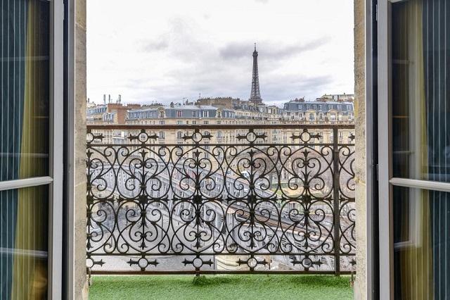 вид на Эйфелеву башню из окна номера в Париже
