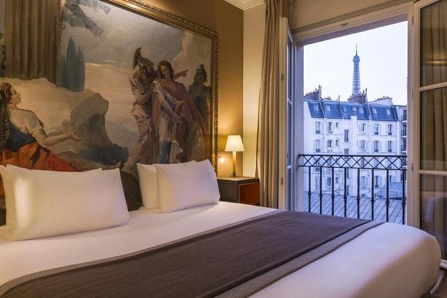 отель в Париже с видом из окна на Эйфелеву башню