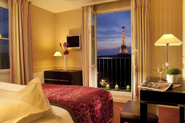 вид с балкона отеля на Эйфелеву башню