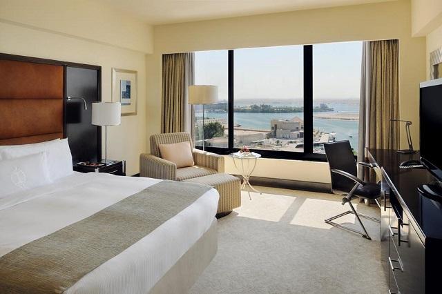 вид на море и город из окна отеля в Абу-Даби