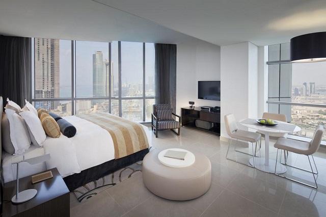 панорамный вид из окна отеля на город Абу-Даби