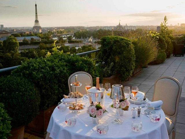 отель в здании дворца с видом на Эйфелеву башню и Сену