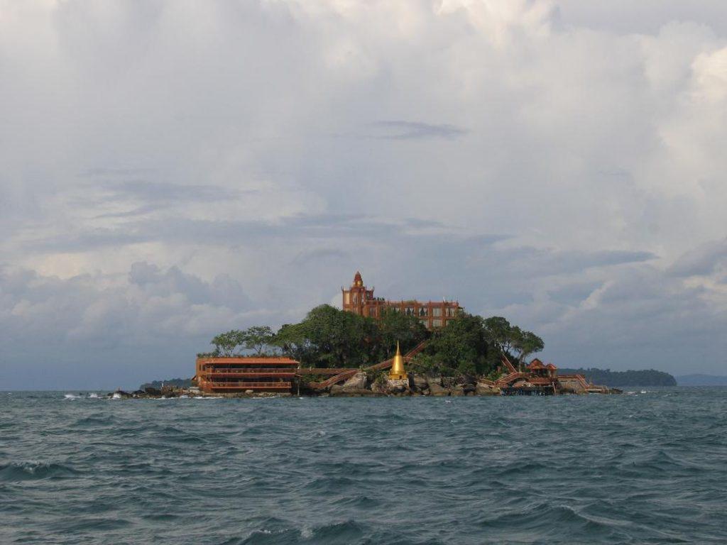 Остров Ко-Дек-Куль в море