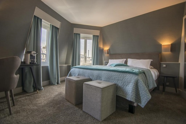 недорогой отель в центре Парижа с видом на Эйфелеву башню