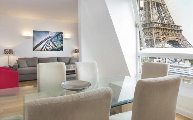 апартаменты с шикарным видом на Эйфелеву башню