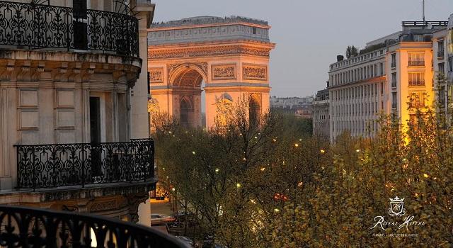 дешевый отель с видом на Триумфальную арку в Париже