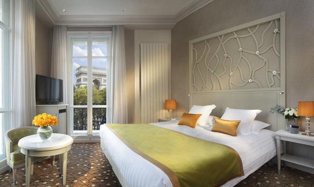отель в центре Парижа с видом на Триумфальную арку