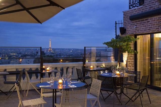 вид на Эйфелеву башню из отеля в Париже
