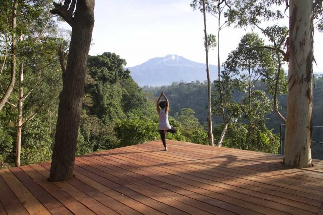Kaliwa-Lodge занятия йогой с видом на гору Килиманджаро