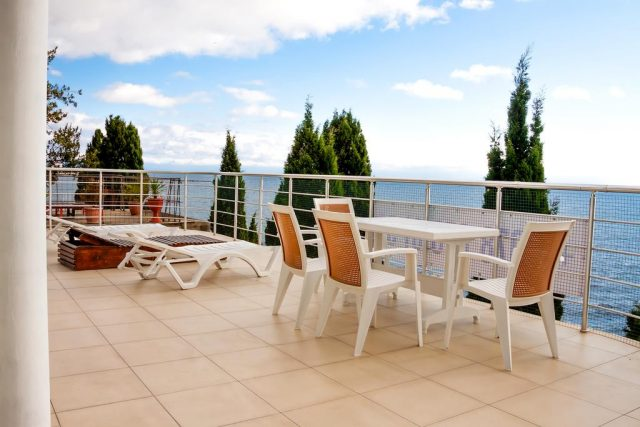 apartamenty-laros вид с балкона аппартаментов на море в Ялте