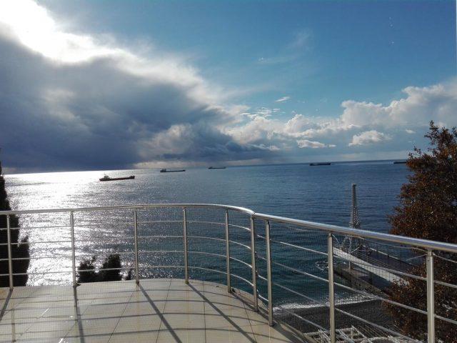 apartamenty-laros вид с балкона на облака и море в Ялте