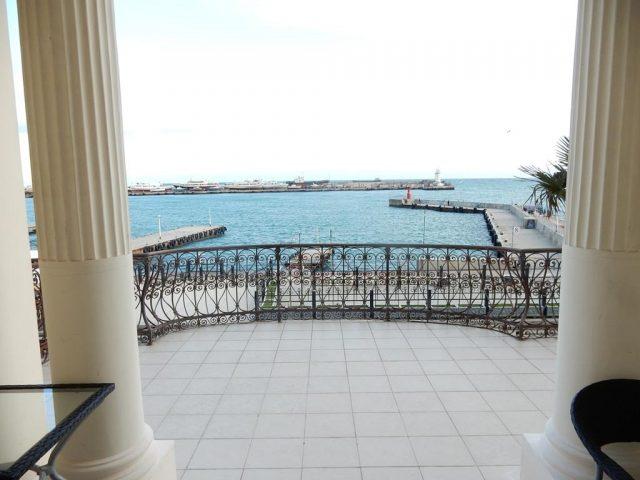 apartamenty-na-1-linii вид на море и причал с балкона отеля в Ялте