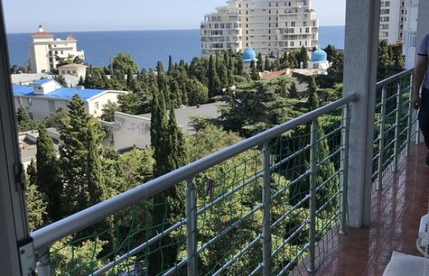 apartment-on-shcherbaka вид с балкона аппартаментов на город и море в Ялте