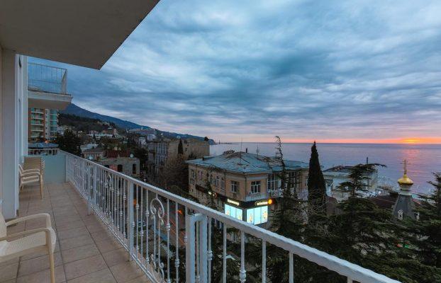 bristol-guest-house вид с балкона на морской закат в Ялте