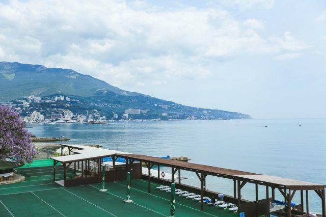 ehko-otel-levant красивый вид на море и крымские горы из окна отеля в Ялте