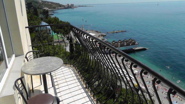 gostevoj-dom-na-ulice-drazhinskogo вид с балкона в Ялте на море