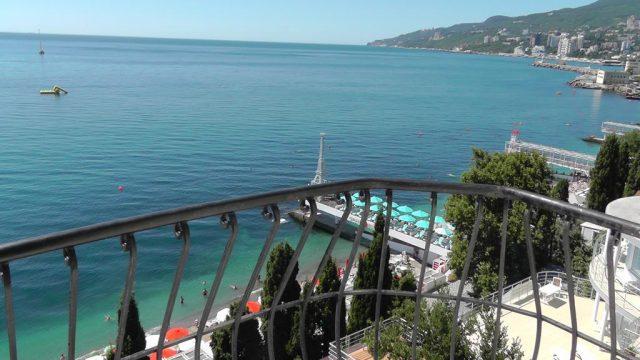 gostevoj-dom-na-ulice-drazhinskogo чудесный вид с балкона в Ялте на море