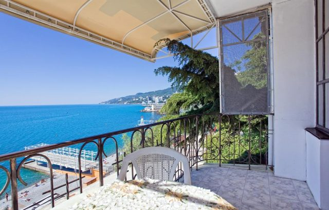 gostevoj-dom-villa-rita-pervaya-liniya вид на море с балкона в Ялте