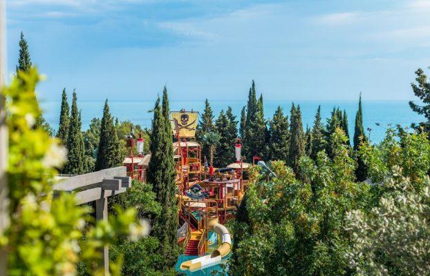 gostinichnyj-kompleks-yalta-inturist вид на аквагорку и море из гостиницы в Ялте