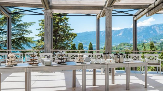gostinichnyj-kompleks-yalta-inturist вид из ресторана отеля на горы в Ялте