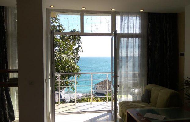 guest-house-on-matrosskiy вид из номера отеля на море в Ялте