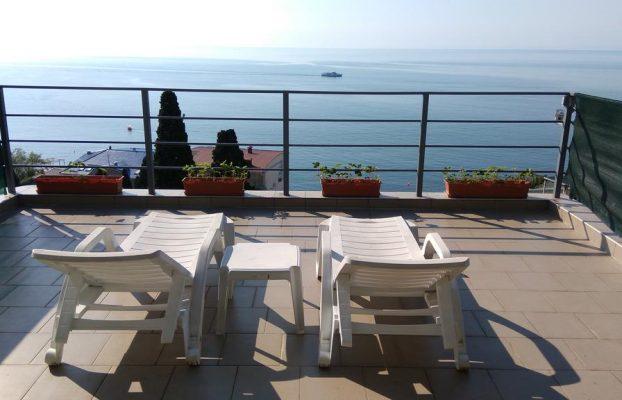 guest-house-on-matrosskiy вид с шезлонгов в отеле на море в Ялте