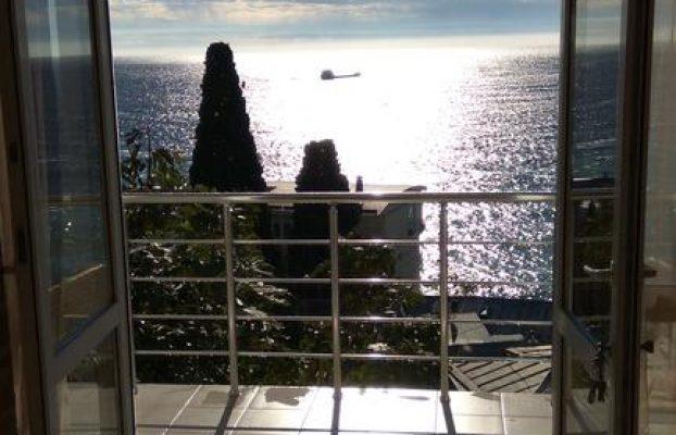 guest-house-on-matrosskiy вид с балкона на закат в море в Ялте