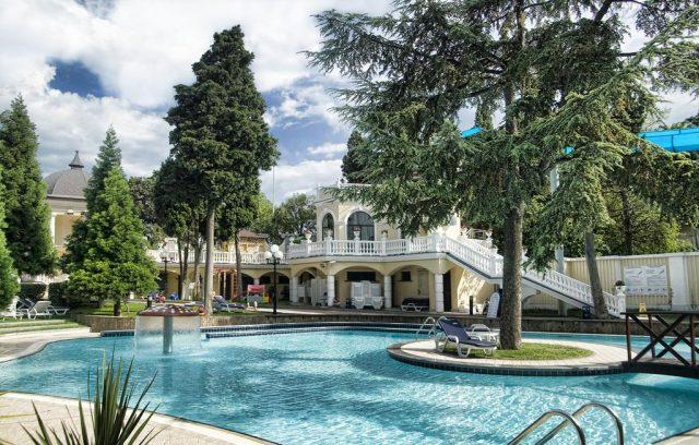 oreanda-premer-otel живописный вид на бассейн в отеле в Ялте