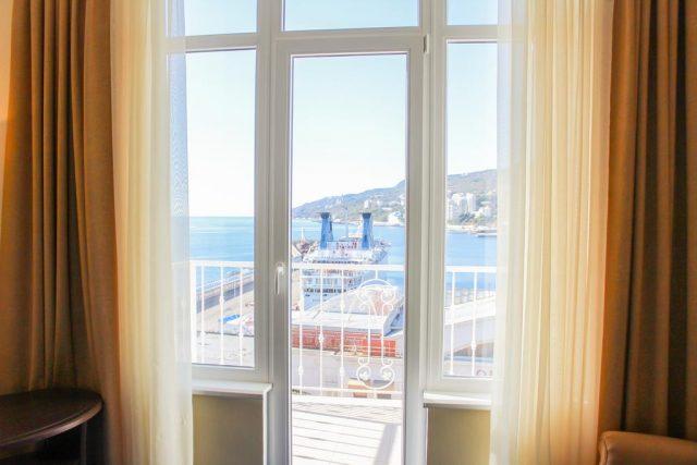 otel-bristol вид из номера отеля на море в Ялте