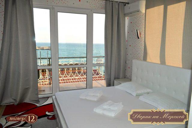 otel-dvorik-na-morskoj красивый вид из номера отеля на море в Ялте