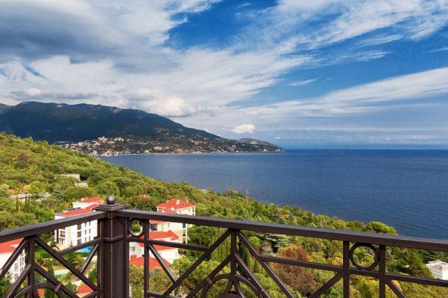 rezidenciya-diplomat живописный вид на город, море и крымские горы из отеля в Ялте
