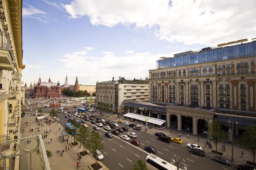 Красивый вид из окна апартаментов на московский Кремль apartamenty-lakshmi-na-tverskoj-4-1