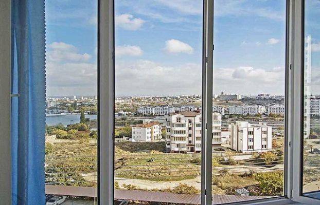 красивый вид из окна апартаментов на морской порт в Севастополе