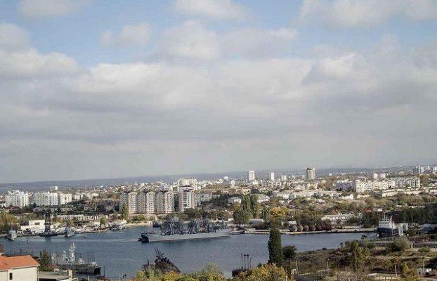красивый вид из высоких этажей апартаментов на Севастополь и море