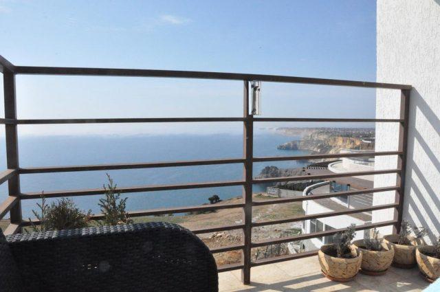 красивый вид из окна апартаментов на море и Севастополь