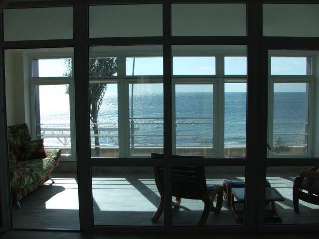 красивый вид из окна на море в Евпатории