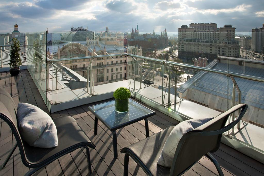 Великолепный вид на московский Кремль с площадки ресторана отеля ararat-park-hayatt3
