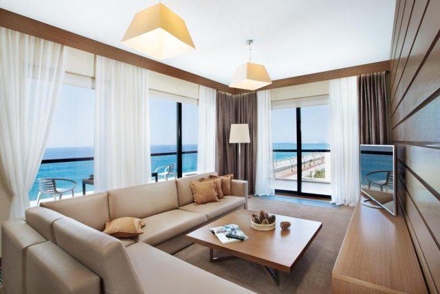 красивый вид на море из номера отеля