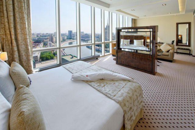 панорамный вид из окна отеля на Москву-реку