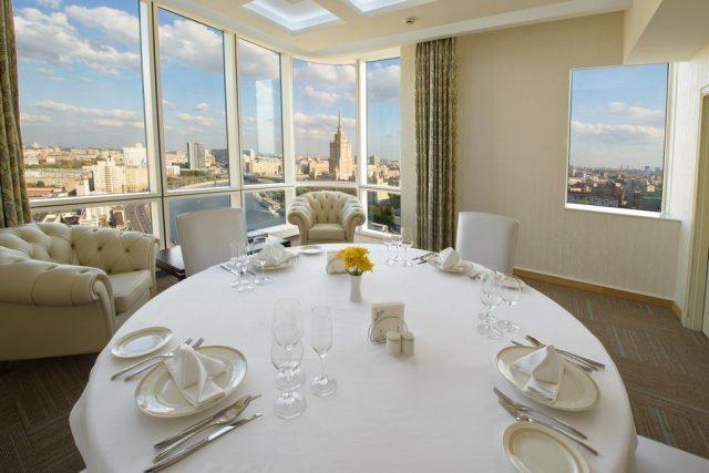 панорамный вид из окна ресторана отеля на Москву-реку