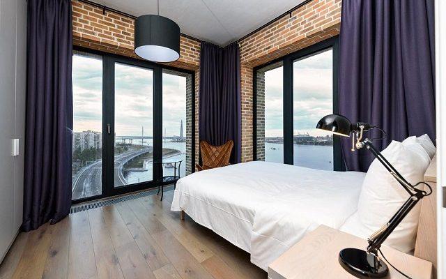 панорамный вид на Неву из номера отеля