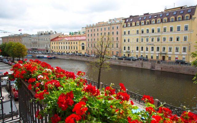 великолепный вид из окна на город Санкт-Петербург и канал