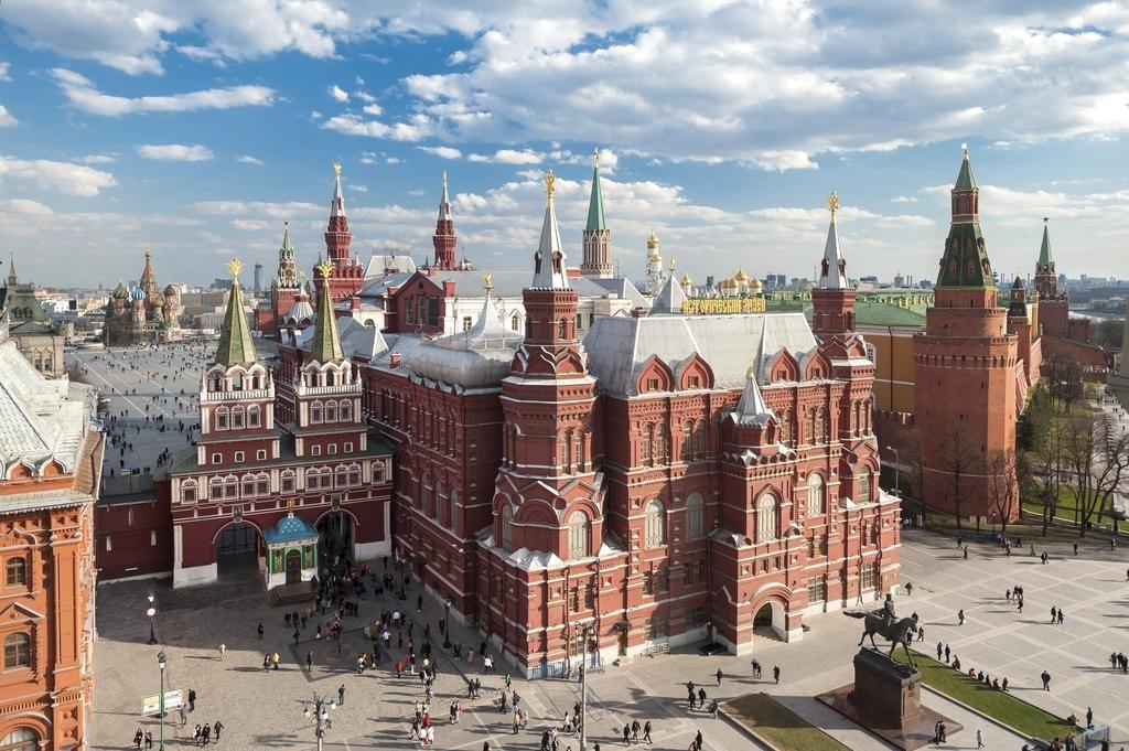 Красивый вид из окна отеля на московский Кремль и Красную площадь four-seasons-hotel-moscow2