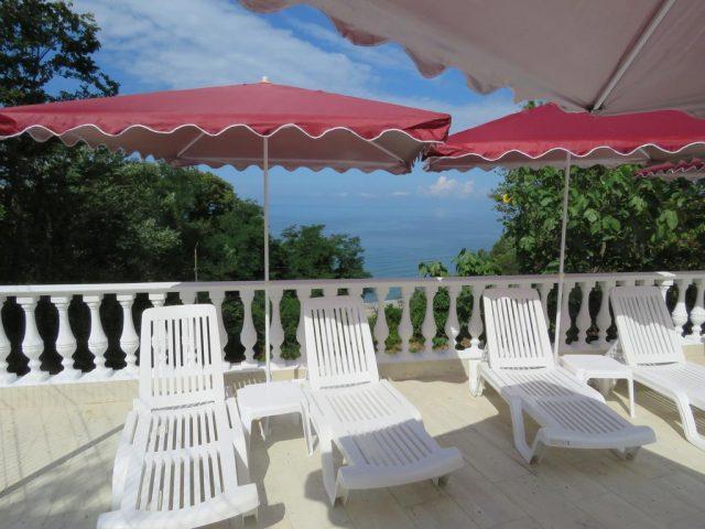 красивый вид на море с балкона отеля
