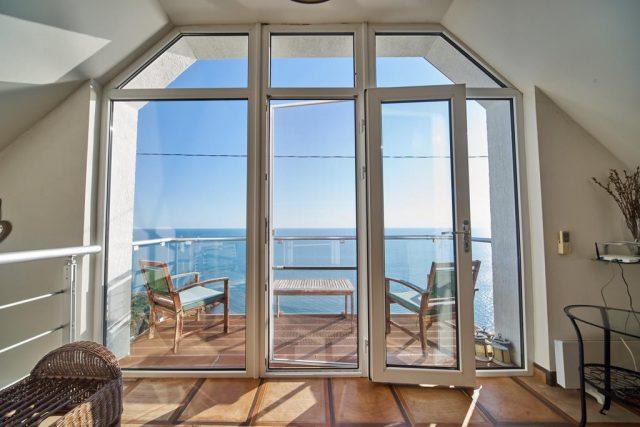 прекрасный вид на море через панорамное окно